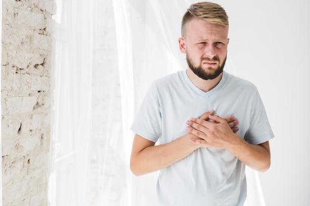 Mężczyzna Cierpi Na Ból Serca Darmowe Zdjęcia