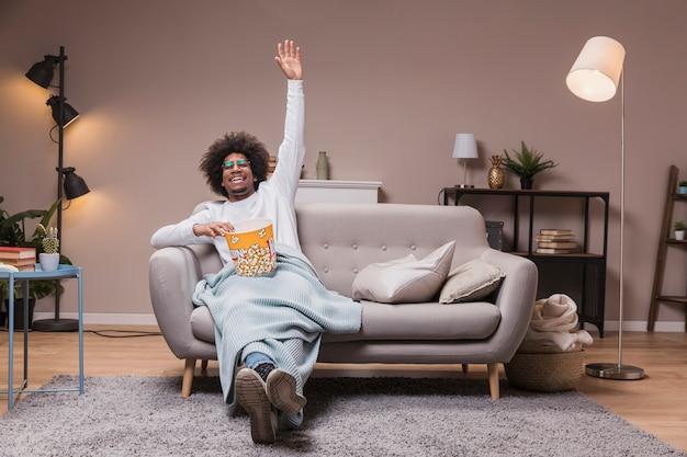 Mężczyzna Cieszy Się Film I Popcorn Darmowe Zdjęcia