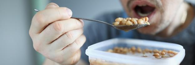 Mężczyzna Cieszy Się Przerwą Na Lunch Premium Zdjęcia