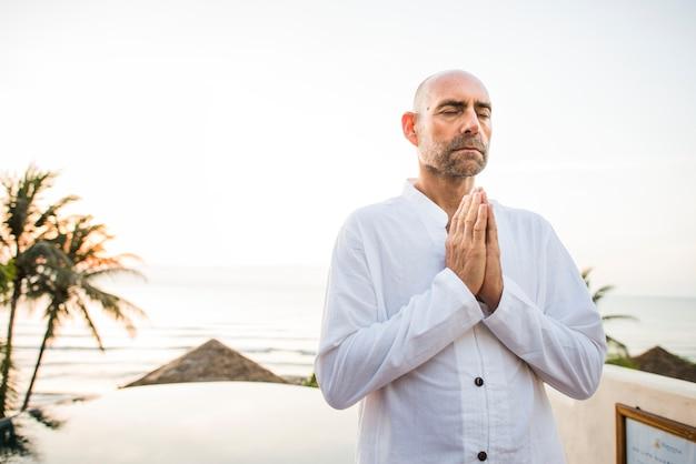 Mężczyzna ćwiczy joga w ranku Premium Zdjęcia