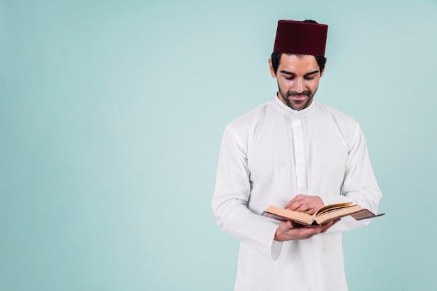 Mężczyzna Czyta W Koranie Premium Zdjęcia