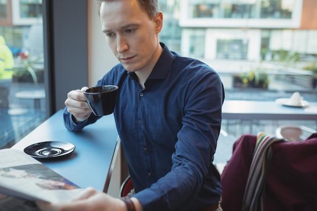 Mężczyzna Czytanie Gazety Wykonawczej Przy Kawie Darmowe Zdjęcia