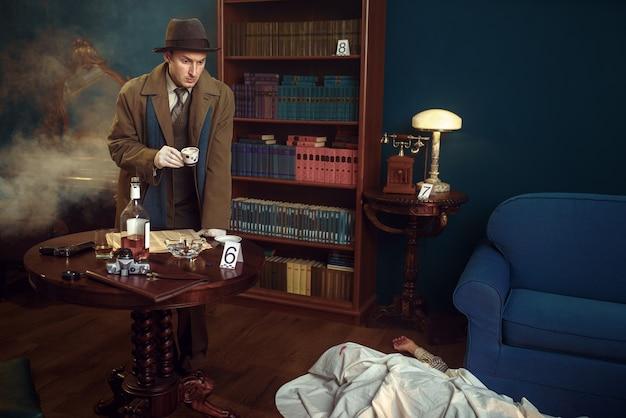 Mężczyzna Detektyw Z Czapką Kawy Na Miejscu Zbrodni, W Stylu Retro. Premium Zdjęcia