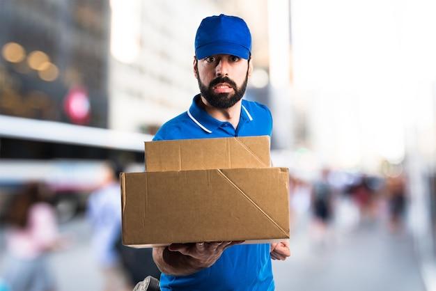 Mężczyzna dostawy działa szybko na tle unfocused Premium Zdjęcia