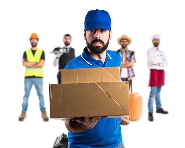 Mężczyzna dostawy działa szybko Premium Zdjęcia