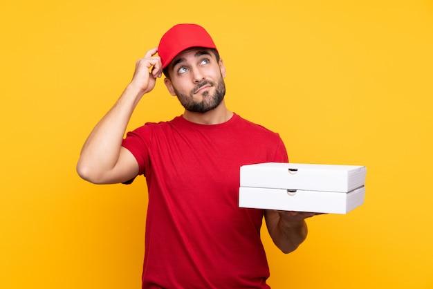 Mężczyzna Dostawy Pizzy Z Czerwoną Czapką I Koszulką Premium Zdjęcia