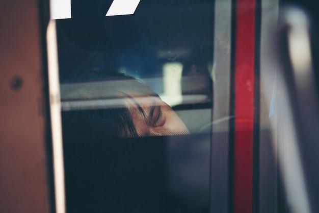 Mężczyzna dosypianie po tym jak wypróbowany od ciężkiej pracy publicznie omnibus bangkok w bangkok, tajlandia Premium Zdjęcia