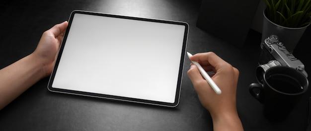 Mężczyzna Fotograf Za Pomocą Pustego Ekranu Laptopa Z Rysikiem Premium Zdjęcia
