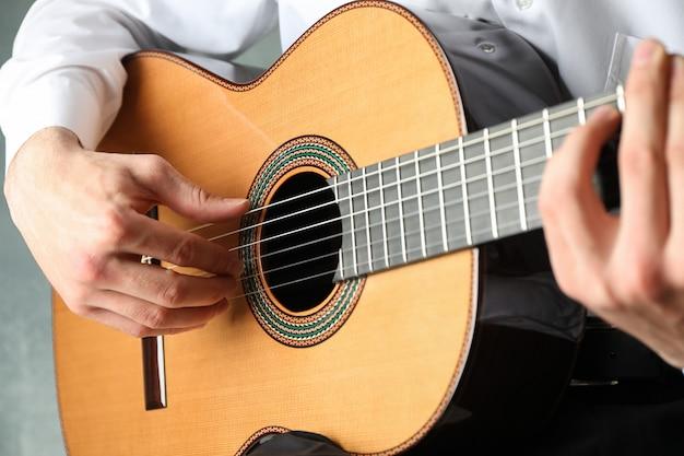 Mężczyzna Gra Na Gitarze Klasycznej Premium Zdjęcia
