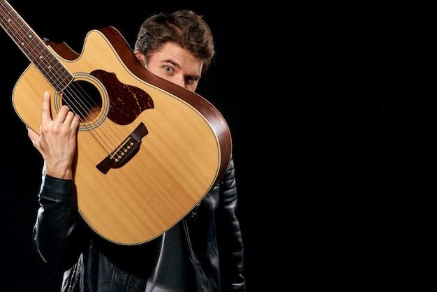 Mężczyzna Gra Na Gitarze Premium Zdjęcia