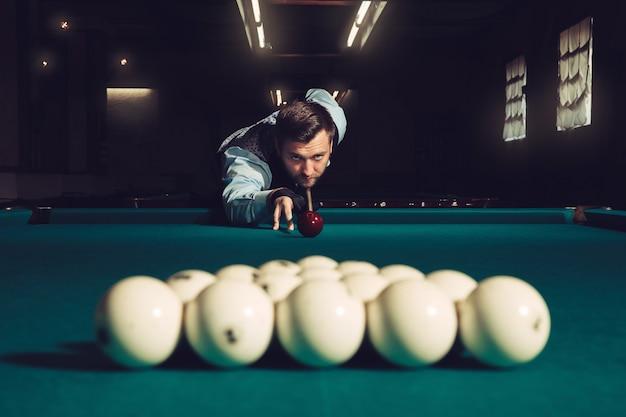 Mężczyzna Gra W Bilard Premium Zdjęcia