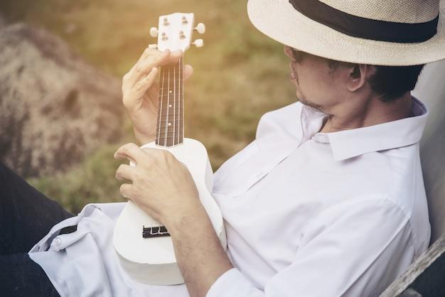 Mężczyzna Grać Ukulele Nowy Do Rzeki Darmowe Zdjęcia