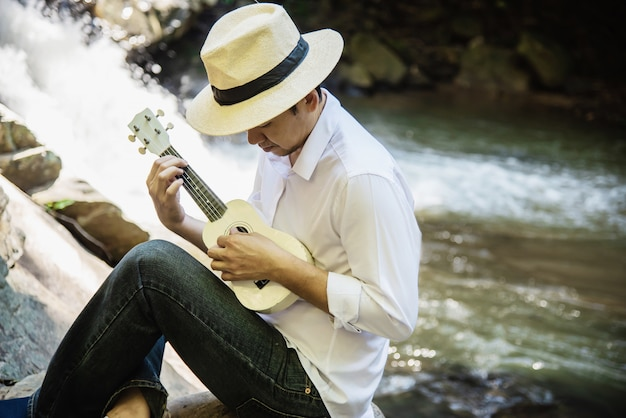 Mężczyzna Grać Ukulele Nowy Do Wodospadu Darmowe Zdjęcia