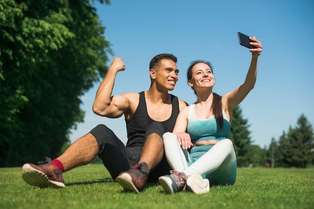 Mężczyzna I Kobieta Bierze Selfie W Parku Darmowe Zdjęcia