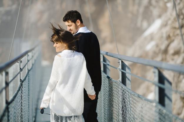 Mężczyzna i kobieta idzie przez most razem Darmowe Zdjęcia