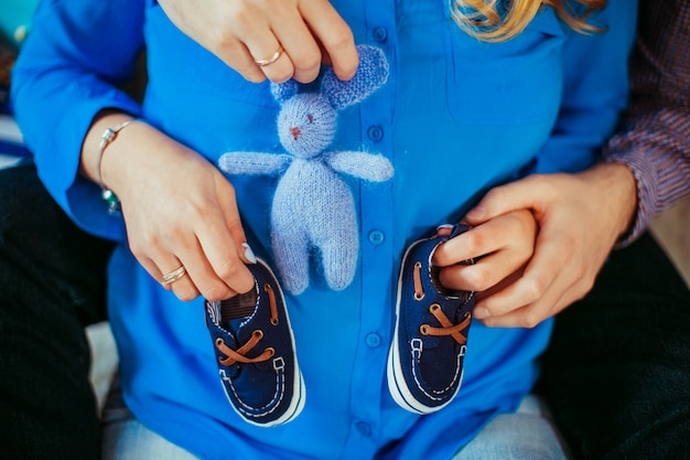 Mężczyzna I Kobieta Mają Małe Buty I Zabawki Na Brzuchu W Ciąży Darmowe Zdjęcia