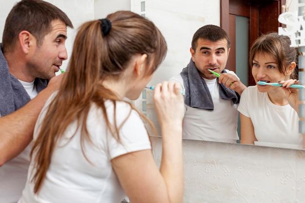 Mężczyzna I Kobieta Myje Zęby Darmowe Zdjęcia