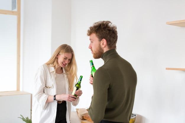Mężczyzna I Kobieta Pije Piwo Darmowe Zdjęcia