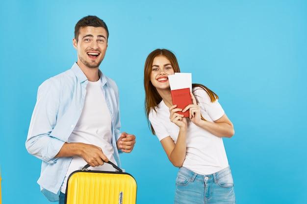 Mężczyzna I Kobieta Podróżnik Z Walizką Premium Zdjęcia