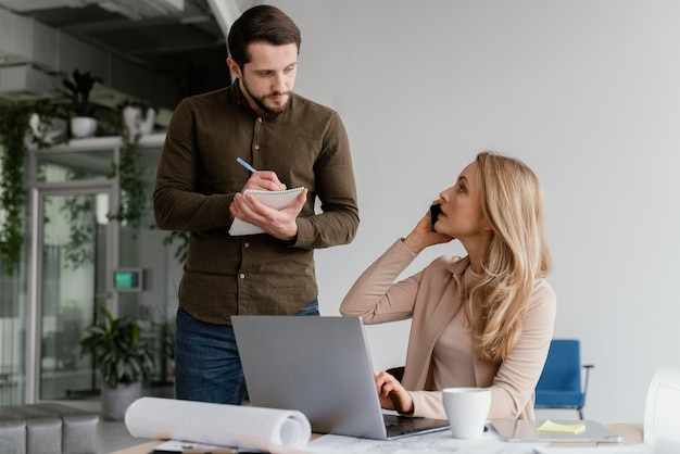 Mężczyzna I Kobieta Rozmawiają O Projekcie Na Spotkaniu Premium Zdjęcia