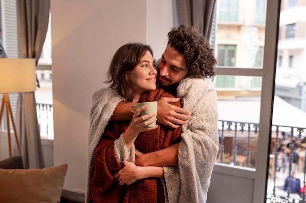 Mężczyzna I Kobieta Spędzają Razem Czas W Domu Darmowe Zdjęcia