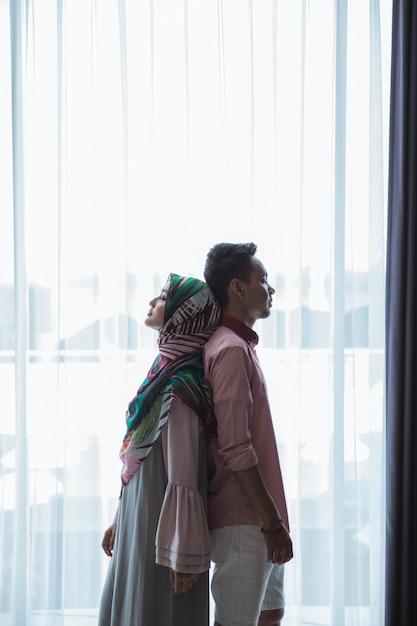 Mężczyzna I Kobieta Stojąc Plecami Do Siebie Premium Zdjęcia