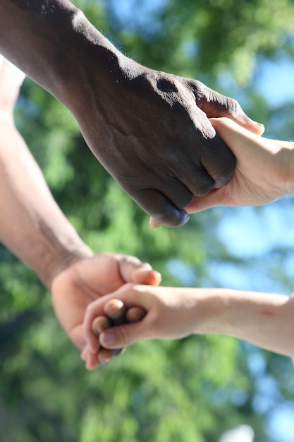 Mężczyzna I Kobieta Trzymają Się Za Ręce Z Bliska Premium Zdjęcia