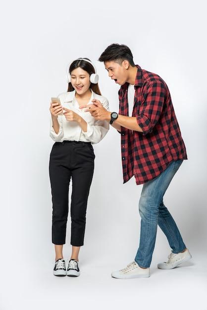 Mężczyzna I Kobieta Uwielbiają Słuchać Muzyki Na Swoich Smartfonach Darmowe Zdjęcia