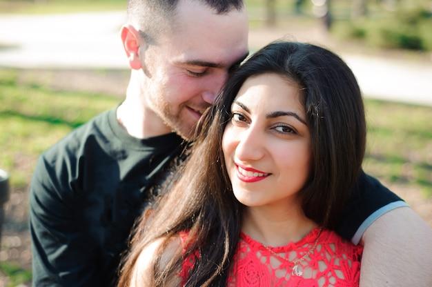 Mężczyzna i kobieta w miłości pozowanie w parku Premium Zdjęcia
