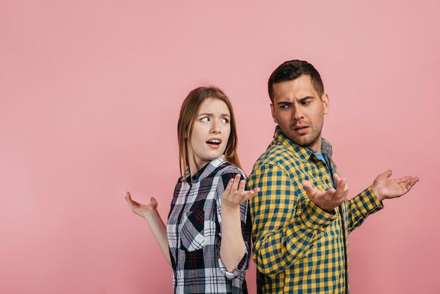 Mężczyzna i kobieta wyglądają na wątpliwe Darmowe Zdjęcia