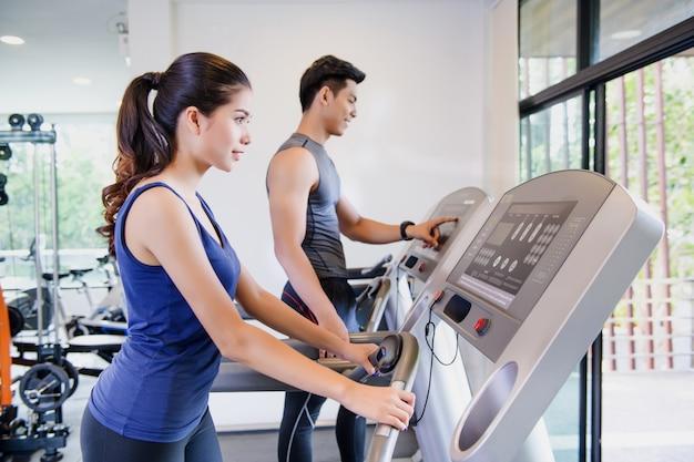 Mężczyzna i kobiety pracujący w gym wpólnie out Premium Zdjęcia