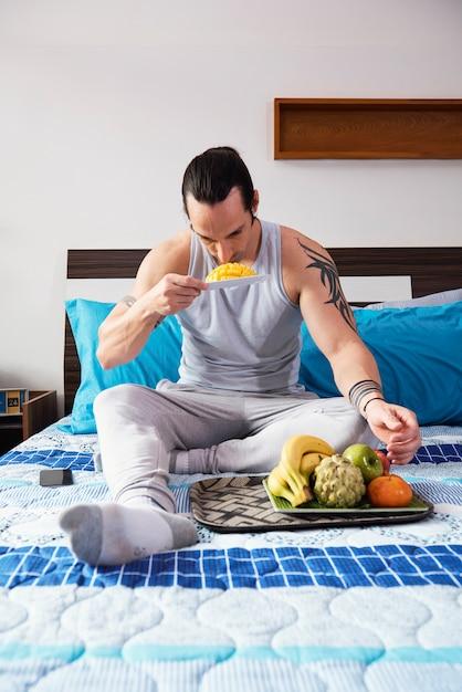 Mężczyzna Je Owoce Darmowe Zdjęcia