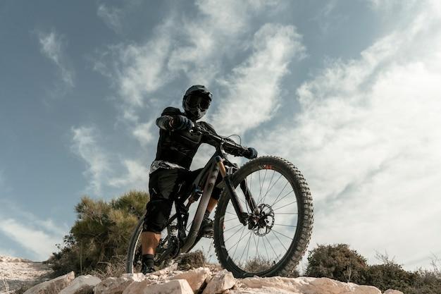 Mężczyzna Jedzie Na Rowerze Górskim Niski Kąt Darmowe Zdjęcia