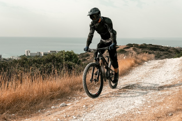 Mężczyzna Jedzie Na Rowerze Górskim Sprzętem Darmowe Zdjęcia