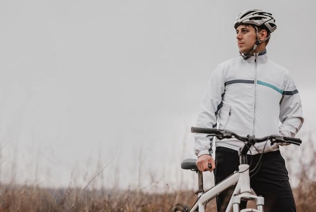 Mężczyzna Jedzie Na Rowerze Górskim W Specjalnym Sprzęcie Z Miejscem Na Kopię Darmowe Zdjęcia