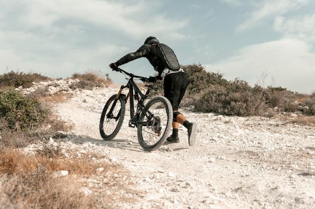 Mężczyzna Jedzie Na Rowerze Górskim Darmowe Zdjęcia