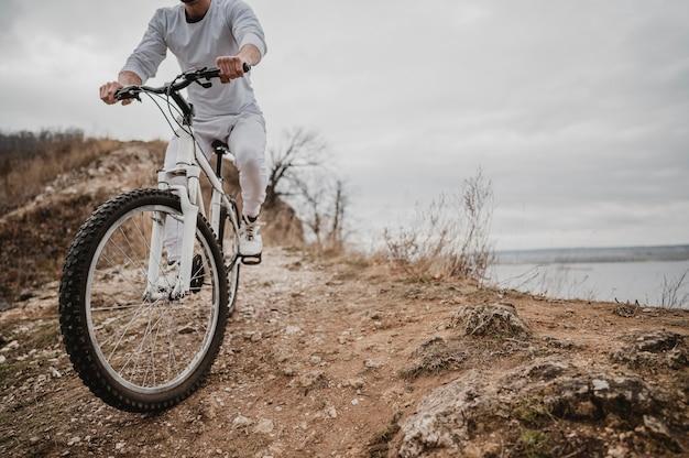 Mężczyzna Jedzie Na Rowerze Na świeżym Powietrzu Z Miejsca Na Kopię Darmowe Zdjęcia