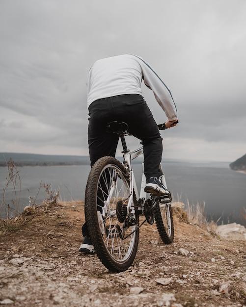 Mężczyzna Jedzie Na Rowerze Na świeżym Powietrzu Darmowe Zdjęcia