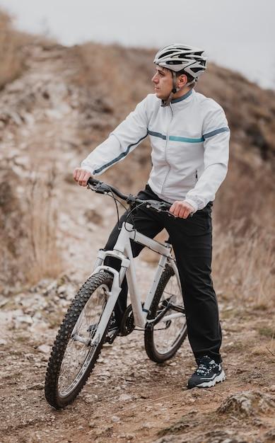 Mężczyzna Jedzie Na Rowerze W Zimny Dzień I Odwraca Wzrok Darmowe Zdjęcia