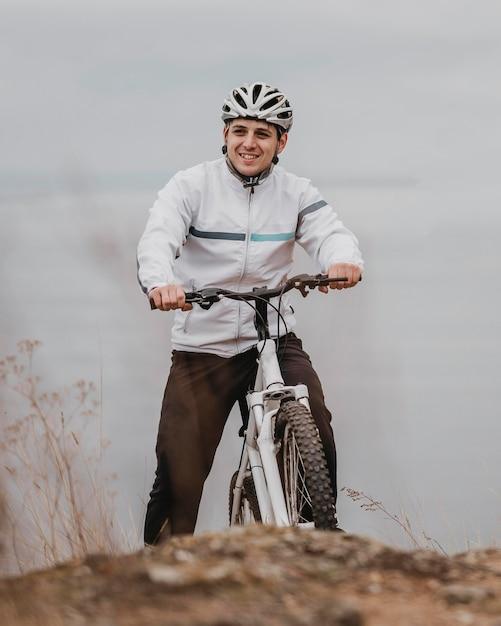 Mężczyzna Jedzie Na Rowerze W Zimny Dzień Darmowe Zdjęcia
