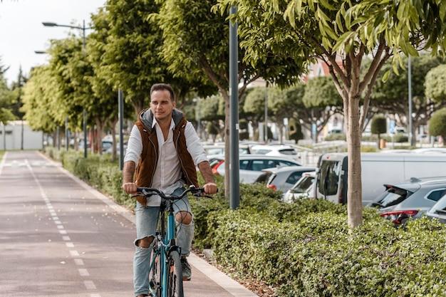Mężczyzna Jedzie Na Rowerze Darmowe Zdjęcia