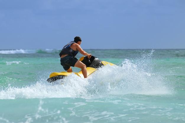 Mężczyzna Jedzie Na Skuterze Wodnym Premium Zdjęcia