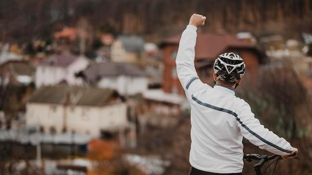 Mężczyzna Jest Zwycięzcą Po Jeździe Na Rowerze Z Miejscem Na Kopię Darmowe Zdjęcia