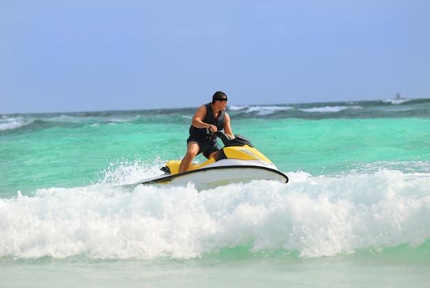 Mężczyzna Jeździ Na Skuterach Wodnych Premium Zdjęcia