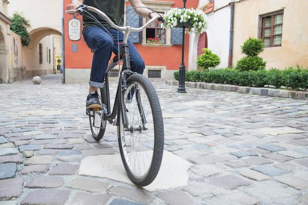 Mężczyzna Jeździecki Bicykl Na Kamiennym Bruku Darmowe Zdjęcia