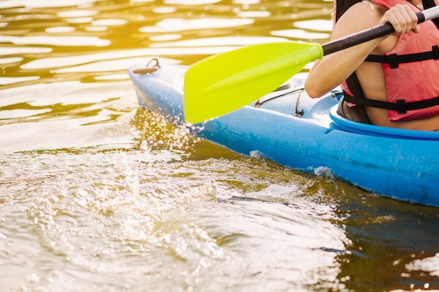 Mężczyzna kayaking z paddle na jeziorze Darmowe Zdjęcia