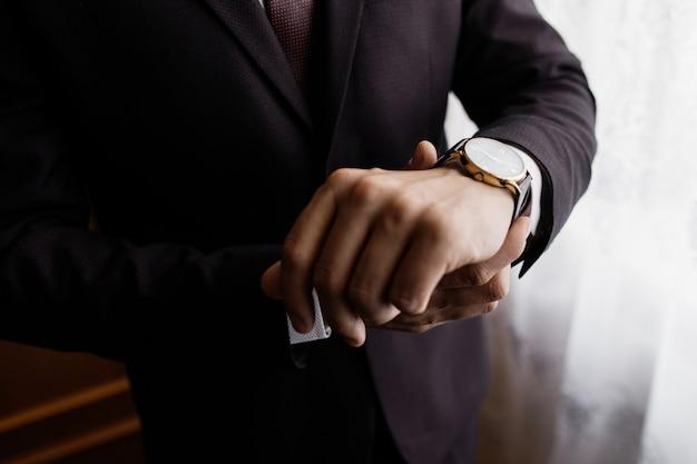 Mężczyzna Kładzie Zegarek Na Nadgarstku Darmowe Zdjęcia