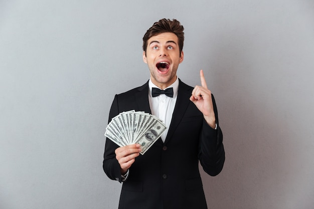 Mężczyzna Krzyczy W Oficjalnym Garniturze, Wskazując Pieniądze. Darmowe Zdjęcia