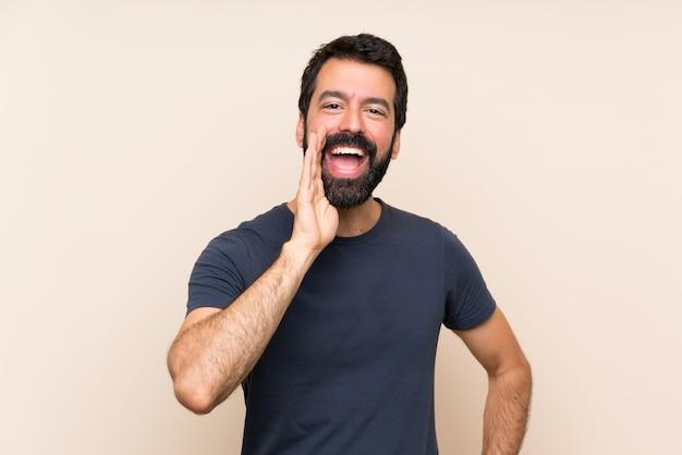 Mężczyzna Krzyczy Z Szeroko Otwartymi Ustami Premium Zdjęcia
