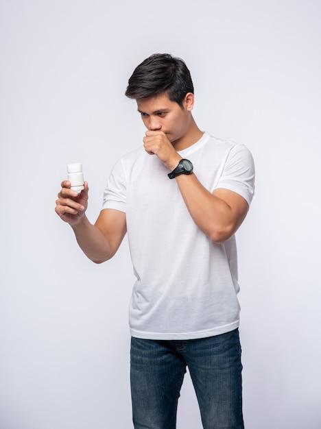Mężczyzna, Który Jest Chory I Nosi Butelkę Z Lekarstwem. Darmowe Zdjęcia